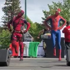 In a parallel universe, where Sony and Disney stayed friends Spidey and Deadpool: the bromance to end all bromances (no matter how much Peter tries to ignore it). Spiderman Dancing, Deadpool Y Spiderman, Cute Deadpool, Female Deadpool, Deadpool Face, Deadpool Cosplay, Avengers Memes, Marvel Memes, Marvel Funny