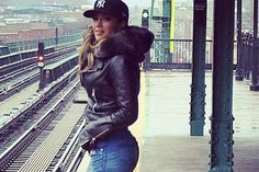 She is lookin so good in this pic. Jennifer Lopez Fashion Pictures - Jennifer Lopez Style - she is one of the sexiest women alive ! Look Fashion, Urban Fashion, Womens Fashion, J Lo Fashion, Fashion Pants, Casual Outfits, Cute Outfits, Mode Inspiration, Fashion Pictures