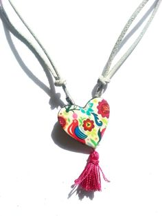 Collar en forma de corazón realizado con trasferencias realizada sobre arcillas poliméricas, tela vaquera, borla de color fucsia, cordón de cuero a...
