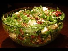 Salad from arugula, dried tomatoes and goat cheese - absolutely delicious! Ser Kozi, Dried Tomatoes, Arugula, Goat Cheese, Cabbage, Lunch Box, Appetizers, Food And Drink, Make It Yourself