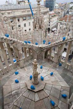 In samenwerking met de bekende Duomo kerk in Milaan en de Opera d'Arte hebben de creatieve mensen achter de 'Cracking Art Group' 50 opvallende blauwe slakken rondom en op de kerk geplaatst. Het doel is om aandacht te schenken aan de Duomo en het nodige onderhoudswerk wat de kerk nodig heeft. De blauwe slakken zijn gemaakt van recyclet plastic en zijn verspreid over de hele kerk.