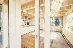 #einfamilienhaus #holzbauweise #wermatswil #kontextuell #denkmalschutz #küche #swissarchitecture #woodhouse #natural  #housedesign #sustainablearchitecture Swiss Architecture, Divider, Room, Design, House, Furniture, Home Decor, Bedroom, Home