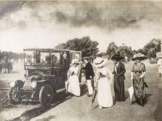 Automóvil. Grupo de personas llegando al Hipódromo de Sta. Beatriz [fotografía]