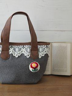 花びらのレッドが目を引くお花のポンポンは、バッグのアクセントにぴったり。/見ているだけで、笑顔になるハッピーアイテム(「はんど&はあと」2013年1月号)