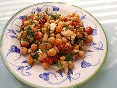 Kichererbsensalat mit getrockneten Tomaten und Feta, ein tolles Rezept aus der Kategorie Snacks und kleine Gerichte. Bewertungen: 204. Durchschnitt: Ø 4,6.