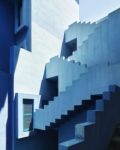 💙 The beautiful La Muralla Roja - an apartment complex set on the rocks in the coastal town of Calpe, Spain. it was designed by Ricardo Bofill and built in 1973 and its now one of the most photogenic buildings in Europe. Colour Architecture, Interior Architecture, Online Architecture, Ricardo Bofill, Apartment Complexes, Blue Dream, Red Walls, Stairway To Heaven, Blue Aesthetic