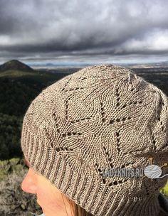 Ажурная шапка спицами на осень