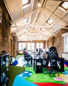 BIZZBY, London Shoreditch Office designed by Lucaso artist
