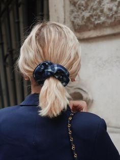 Chouchou à carreaux en jean - Fanny – Scrunchie is back Scrunchies, Hairstyles, Fashion, Up Dos, Dark Jeans, Tile, Hair, Haircuts, Moda