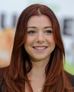 Alyson Hannigan Long Center Part - Alyson Hannigan wore her beautiful copper tresses straight and shiny at the premiere of 'The Muppets. Center Part Hairstyles, Hairstyles With Bangs, Easy Hairstyles, Bangs Hairstyle, Hair Bangs, Prom Hairstyles, Long Red Hair, Short Hair With Bangs, Short Hair Styles