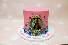 The perfect cake for a little girl that loves her horse! Buttercream Fondant, Icing, Cake Frame, Custom Cakes, Snow Globes, Little Girls, Horse, Birthday Cake, Urban
