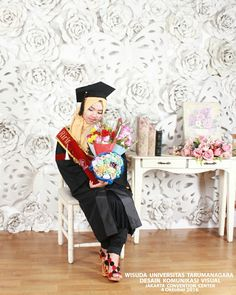 "Really miss my graduation day  I hope the twice will happen fastly, I am on my way.  Kata mama, ""kok aneh, gak ada selempang CUMLAUDE nya?"" Ya memang kampusku nggak menyediakan selempang CUMLAUDE seperti kampus-kampus yang lain *Banyak banget yang kecewa 😢😑 #wisuda #sarjana #desain #dkvuntar #dekave #deskomvis #untar #art #design #SDs #tarumanagara #jakarta #jcc #family #portrait #fotokeluarga #keluarga #indoor #studio #photography #bachelorofart"