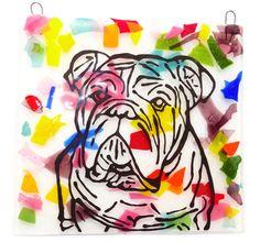 Handgemaakt glazen raamhanger met engelse bulldog. Fraai wit-multicolor glasfusing tegeltje met gebrandschildere tekening