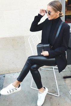 Tendance Sneakers 2018 : Mode femme automne/hiver avec un pantalon similicuir un col roulé noir une veste blazer noir et des baskets