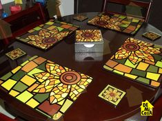 Individuales, portavasos y servilletero de Girasol, tipo vitral Glass Painting Designs, Paint Designs, Diy And Crafts, Arts And Crafts, Mosaic Projects, Flower Decorations, Painting On Wood, Decoupage, Baby Shower