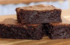Μια πολύ εύκολη συνταγή για ένα σοκολατένιο, σούπερ υγρό brοwnies. Εκπληκτική χυμώδη γεύση για τη τέλεια γαστρική απόλαυση για τους λάτρεις της σοκολάτας κ Fudgy Brownie Recipe, Fudgy Brownies, Brownie Recipes, Cake Recipes, Dessert Recipes, Desserts, Easy Chocolate Pie, Chocolate Muffins, Oreo Pops