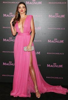 Miranda Kerr, vestido rosa com decote e fenda