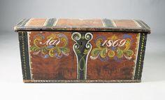 Rosemalt kiste med datering 1869. L: 110 cm. Sprekk på lokket og mangler leddik. Prisantydning: ( 1200 - 1500)
