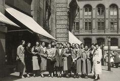 Berlin 1938 , Rathausstraße Ecke Probststraße: Mitarbeiterinnen des Warenhauses N. Israel finden sich in der Mittagspause für Erinnerungsfotos ein