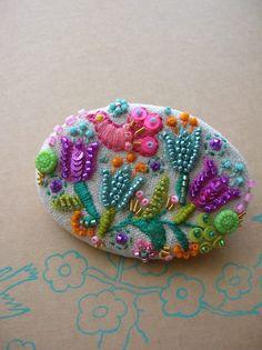 リネンの布にお花や鳥の刺繍を刺した後ビーズやスパンコールを縫い合わせてブローチに仕上げました。お鞄に・・お洋服に・・お帽子に・・色々なアレンジでお楽しみ下さいませ。サイズ横6センチ×縦4センチ