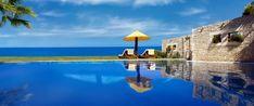 """Todas as quartas-feiras damos a conhecer um hotel com encanto. Hoje fazemos as malas e apanhamos o avião rumo à ilha grega Zakynthos, para conhecer o resort Porto Zante, que combina na perfeição a privacidade com o luxo de um hotel de cinco estrelas. Os hóspedes ficam instalados em """"villas"""" independentes e cada uma dispõe de piscina e de vistas maravilhosas para o mar."""