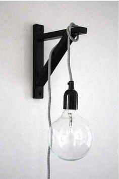 Para evitar instalar a fiação novamente no lugar todo, você também pode usar uma lâmpada pendurada fora da parede, em um suporte de prateleira.