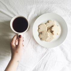 Biscoitos canadenses em forma de mapple e chá em cima da cama.