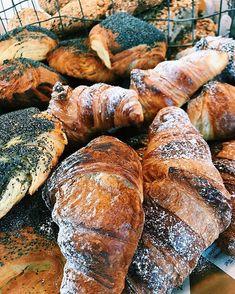Godmorgon kära kunder! Det är bara att svänga förbi så har vi härliga nybakta bröd och andra gottigheter till dagen