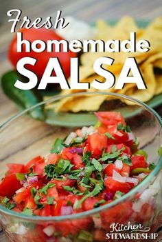 Easy Homemade Fresh Salsa Recipe (with Secret Ingredients) Easy Fresh Homemade Salsa - the secret ingredients are swiped from our favorite Mexican restaurant, so even if you have made homemade salsa before, this one will blow you away! Fresh Salsa Recipe, Fresh Tomato Recipes, Salsa Recipe Easy, Fresh Tomato Salsa, Appetizer Recipes, Dinner Recipes, Appetizers, Holiday Recipes, Mexican Food Recipes