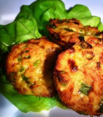 make thai fish cookies in a muffin-tin Thai Recipes, Fish Recipes, Dutch Recipes, Asian Recipes, Vegetarian Recipes, Cooking Recipes, Recipes Appetizers And Snacks, Healthy Snacks, Fish Cookies