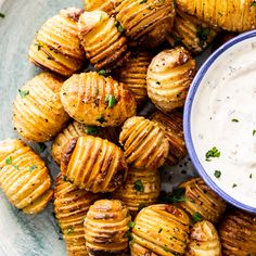 These mini hasselback potatoes are the cute, easy and totally delicious. Served with zesty sour cream dip, it's the perfect appetizer for a crowd. potato recipe Mini hasselback potatoes with sour cream dip - Simply Delicious Potato Sides, Potato Side Dishes, Side Dishes Easy, Potato Appetizers, Appetizers For A Crowd, Bon Appetit, Hasselback Potatoes, Mini Potatoes, Sour Cream Dip