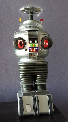 Looks like another awesome Mobius build. Lost In Space Robot 60s Tv Shows, Sci Fi Tv Shows, Classic Movie Stars, Classic Tv, Vintage Robots, Vintage Toys, Cool Robots, Cool Toys, B9 Robot