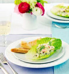Salaatinlehdiltä tarjottava katkarapu-avokadosalaatti on täyteläinen mutta raikas alkuruoka juhlavammallekin aterialle.