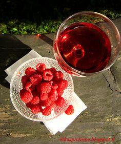 Kääpiölinnan köökissä: Mama's makin' liquor again - Kääpiölinnan vadelmalikööri  Home made raspberry liqueur <3