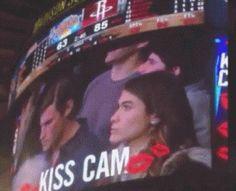 【笑裂】前两天公牛队主场当Kiss Camera切到一对情侣时,男方自顾玩手机而女方被吉祥物抱走引发全场轰动。而周四晚,尼克斯主场又出现了相似一幕,定镜头切到一对情侣时,男方不乐意接吻,女方无奈了,瞅了瞅旁边的帅哥,于是……