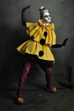 High fashion pierrot clown in yellow Pierrot Costume, Pierrot Clown, Hallowen Costume, Scary Halloween Costumes, Halloween Photos, Women Halloween, Halloween Outfits, Halloween Ideas, Fancy Dress