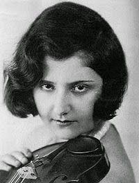 Alma Rosé (1906-1944) fue una violinista austríaca de ascendencia judía. Su tío era el compositor Gustav Mahler. Alma Rosé fue deportada por los nazis al campo de concentración de Auschwitz. Allí dirigió una orquesta de prisioneros aterrorizados que interpretaron varias piezas musicales para sus captores, para demostrarles así que debían permanecer con vida. Rosé falleció en el campo de concentración, probablemente debido a una indigestión.