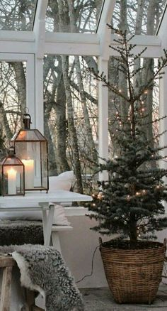 32 Lovely Winter Theme Decor Ideas After Christmas - Holiday sales don't end just because Christmas is over. In fact, the week after Christmas is becoming a prime time for both retailers and shoppers. Navidad Simple, Navidad Diy, Farmhouse Christmas Decor, Rustic Christmas, Holiday Decor, Cottage Christmas, Christmas In The Country, Nordic Christmas Decorations, Primitive Country Christmas