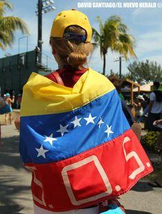 Una mujer con una bandera '' S.O.S. Venezuela'' en apoyo a la oposición de Maduro hoy en Key Biscayne @elnuevoherald pic.twitter.com/s62tWIZuLu