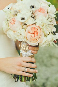 Una combinación con anémonas, rosas y gardenias. www.facebook.com/floremia.com.mx