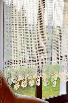 Beautiful curtain, handmade crochet, 100% polyester. She has sewn tape width adjustment. Machine washable, 40 degres, iron. I perform in Crochet Decoration, Crochet Home Decor, Crochet Crafts, Crochet Projects, Crochet Curtain Pattern, Curtain Patterns, Crochet Curtains, Crochet Lace, Crochet Stitches