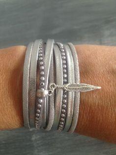 Bracelet manchette multi rangs cuir suédine strass gris et argenté et plume : Bracelet par les-caprices-de-melina