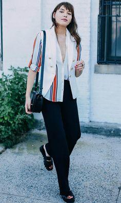 Natalie Suarez usa colete branco para quebrar combinação de camisa estampada + calça preta.