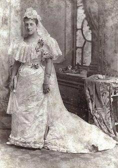 Victorian Wedding Dresses: 27 Stunning Vintage Photographs of Brides Before 1900 Chic Vintage Brides, Vintage Wedding Photos, Vintage Bridal, Vintage Weddings, Photos Vintage, Ideas Vintage, Country Weddings, Lace Weddings, Christian Dior Vintage