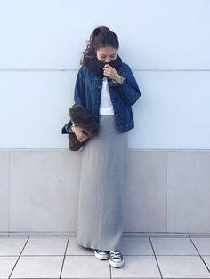 マキシロングスカートと、1番上のボタンだけを閉めたデニムジャケットを合わせれば、縦のIラインが強調されてスタイルアップコーデの完成です。ファーのバッグで、暖かさをプラスして♪