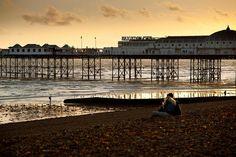 """""""El Brighton Pier (Muelle de Brighton) es uno de los muelles más antiguos y largos del mundo. Mide aproximadamente 524 metros. Su construcción comenzó en 1891 y fue abierto al público en mayo de 1899. Es también uno de los muelles más visitados del mundo."""""""