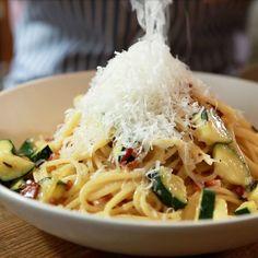 Les pâtes à la carbonara, on adore ça ! Cette fois, on vous propose de revisiter la recette traditionnelle en y ajoutant des courgettes. Histoire de varier un peu les plaisirs et de déculpabiliser. Il y a des lardons et de la crème, mais il y a aussi des légumes non ?