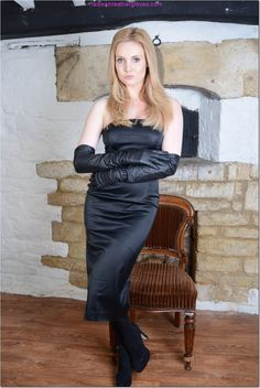 Ladies in Leather Gloves Elegant Gloves, Gloves Fashion, Cold Weather Gloves, Black Leather Gloves, Long Shorts, Leather Fashion, Satin, Lady, Womens Fashion
