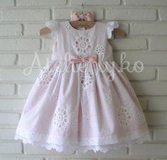 Para a Antonella comemorar seu primeiro aninho, a mamãe Arieda escolheu este modelinho , optou por um forro rosa para dar um toque de cor...