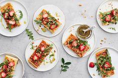 Juustopiirakka pellillinen Bruschetta, Cheddar, Pesto, Ethnic Recipes, Food, Cheddar Cheese, Essen, Meals, Yemek